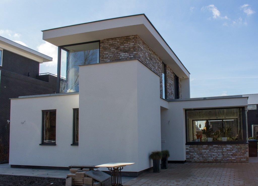Wit gestuukte moderne woning