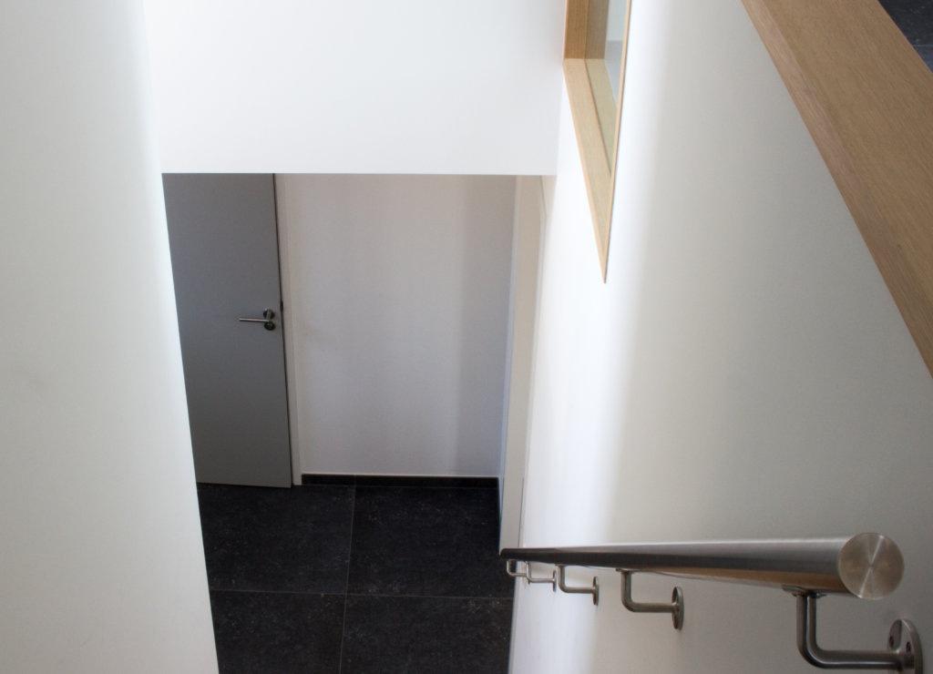kapberg woning modern interieur gestucte balustrade