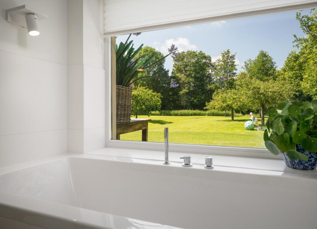 badkamer met laag raam