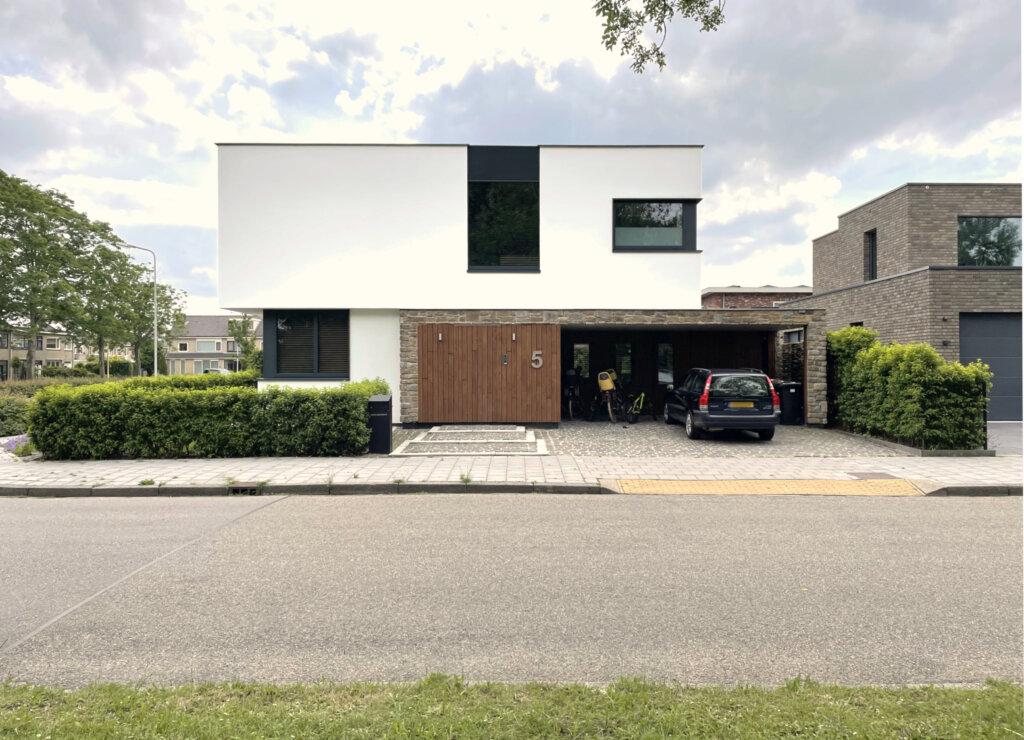 Moderne villa met wit stucwerk en natuursteen
