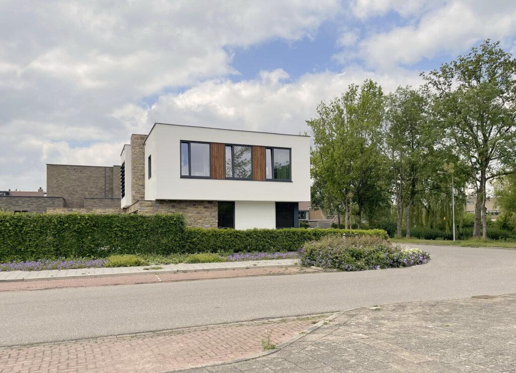 Moderne villa met houtaccenten