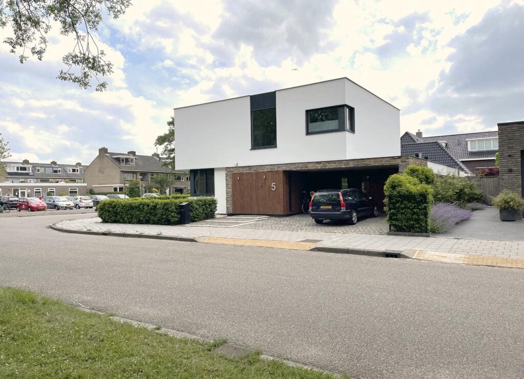 Moderne villa met inpandige carport